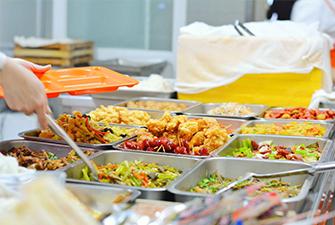 勤劳的食堂阿姨给学生打菜